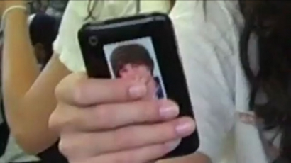 Selena telefonján Justin Bieber matrica van!