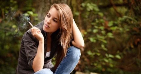 Dohányzó dobálás. Először csökkent a dohányzó férfiak száma a világban