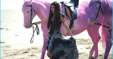 A PETA ellenzi Selena Gomez rózsaszín lovait