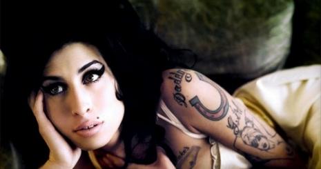 Amy Winehouse fekete pillangóként tért vissza