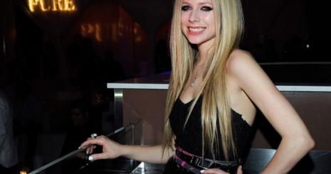 Durván megverték Avril Lavigne-t!