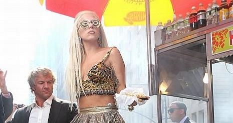 Eltaknyolt az utcán Lady Gaga
