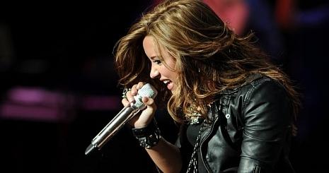 Haját tépte Demi Lovato a színpadon