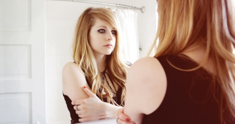 Avril Lavigne a színpadon tombol új klipjében