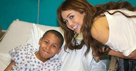 Miley Cyrus is jótékonykodik