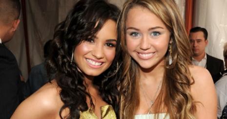 Miley és Demi nem voltak népszerűek a suliban