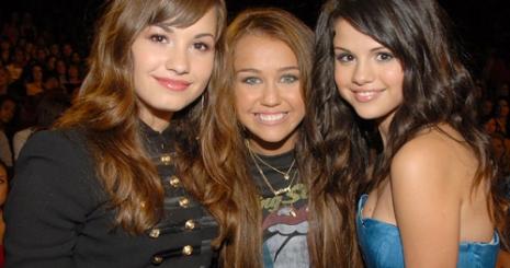 Miley és Selena nem beszélnek Demiről