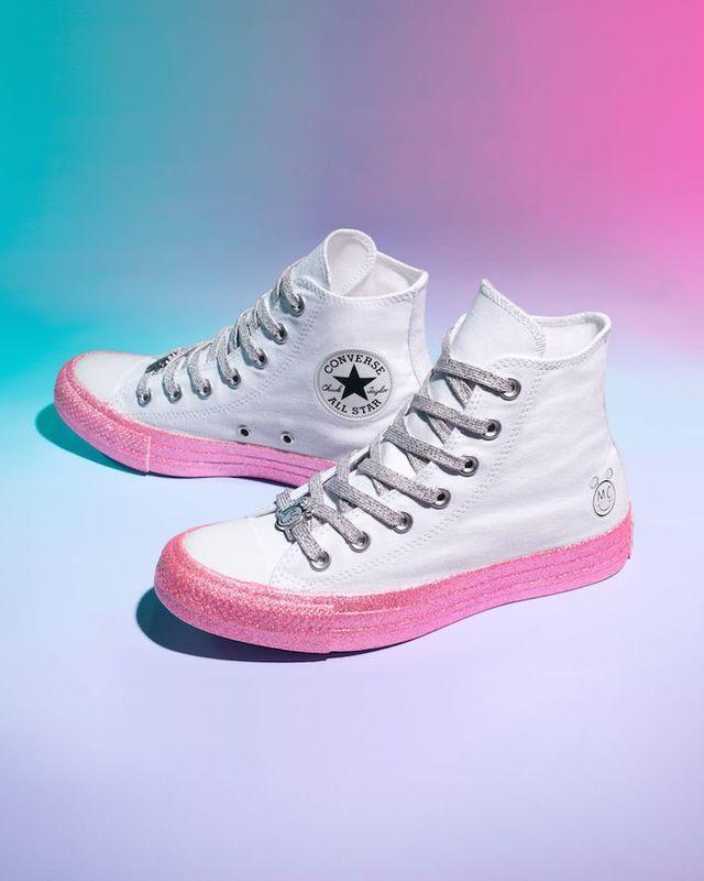 633cf35f7438 A középtalk csillogó, mint a cipőfűző is. Ha ez nem lenne elég, mindegyik  darabon megtalálható Miley Cyrus logója.