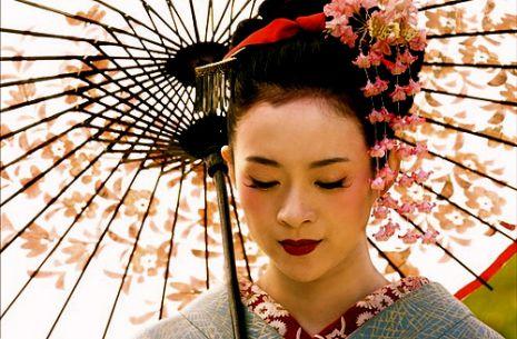 715ad1688a Érdekesség, hogy a jelöltek és a gésák közötti különbség az öltözködés  tekintetében is megjelenik. A jelöltek színes, mintás szalagot viselnek a  hajukban, ...